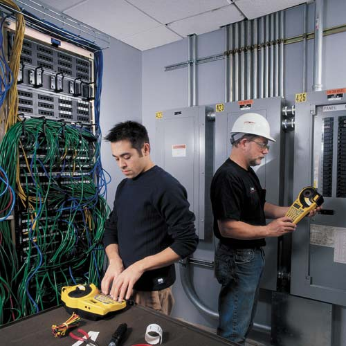 workers using IDxpert printers and labels in data center - icon